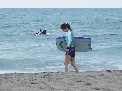 ボディーボードを抱えた女の子