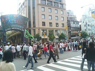 神戸祭りを初横目