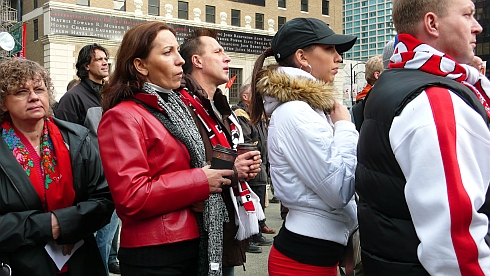 集まった観衆は皆赤と白のものをまとう