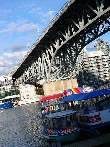 橋とポンコツ船