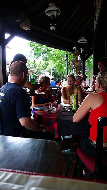 クタのレストランにてランチする人たち
