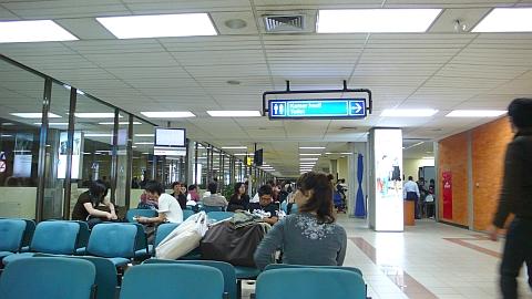 バリの空港内で待つ