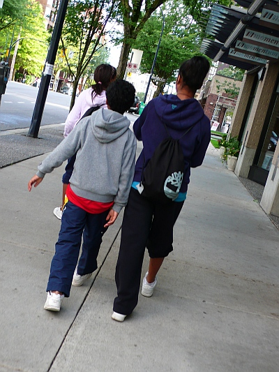 通りを歩く子供たち