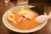 旭川ラーメン。ちぢれ麺がスープに絡まります♪