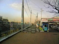 砂嵐吹きまくる東所沢駅…