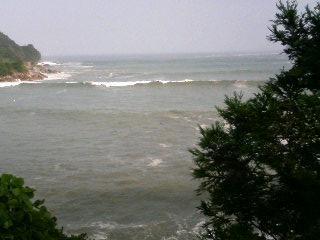 リアス式海岸。台風の影響で荒れてました。