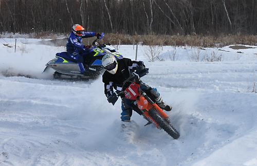 KTM対スノーモービル