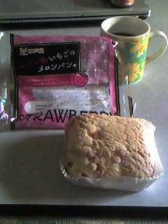 ルピー色いちごのメロンパン。