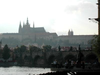カレル橋とプラハ城を望む