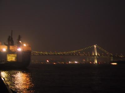 レインボーブリッジと荷を降ろす船