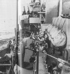 特攻機を見上げる米兵