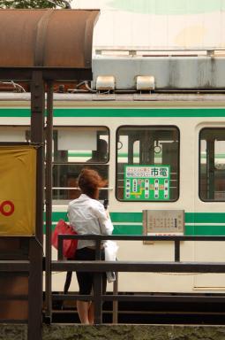 電車を待つ 2