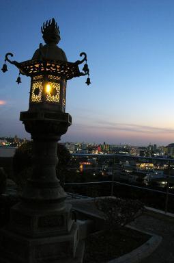 灯篭の灯と街の灯と