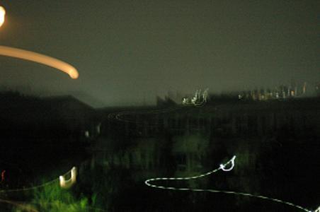 謎の飛行物体が町に墜落!