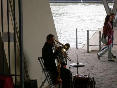 橋の下のミュージシャンr