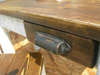 古い小学校の教室にあったキャビネットの引き出し取っ手です