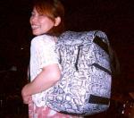 スネアバッグを背たらう東ともみさん