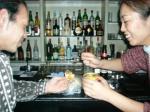 仲良くサバカレーを食べる村山氏と北橋美輪子さん