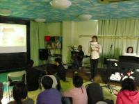 2007.02.25スライドで絵本を読む大畑明子先生
