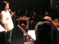 満席のお客様と村山義光氏と小柳淳子さん