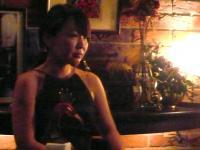 村山義光氏のソロ演奏い聴き入る小柳エリコさん