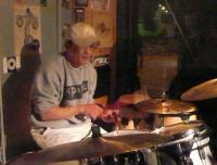 本日マスターの誕生日。ドラム演奏中