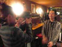 ビデオカメラに向かってマスターにメッセージする村山義光氏
