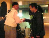 お客様から握手を求められる村山義光氏