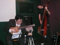b時安吉宏さんはトラベルギター。d佐藤英宜さんはサイレントベース