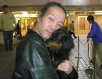 僕んちの犬を抱っこする村山義光氏