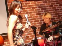 スキャット対決するvo小柳エリコさんとdテルシファー高阪さん