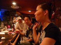 LIVE前の【PEACE BAR】マスターと村山義光氏とスタッフのサッちゃん