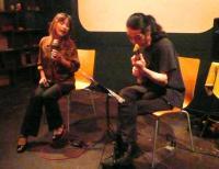 2セット目は座りながら歌わる小柳淳子さんと村山義光氏
