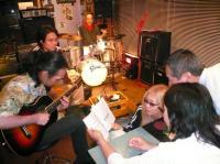 公演終了後にまた歌いだす皆さん。日本の歌を歌います。
