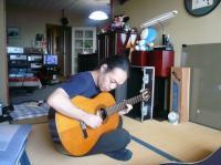 @茶碗さんの奥ちゃまのクラッシクギターを手にする村山義光氏