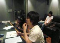 5/15 手前プロデューサーのピョさんと村山義光氏。奥ソファーにピョさんの弟さん