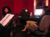 同ビル内のスタジオにてvoウンサンさんと女性エンジニア