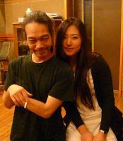 5/16 マジャン駅前のスタジオに来ていた作詞家の女性に写真を迫られたg村山義光氏