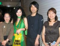 お客様と写真を撮るvoウンサンさんとsax鈴木央紹さん