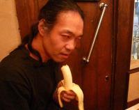 バナナをもらって食べる村山義光氏。怖い~