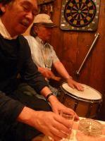 マスターが灰皿&コップの打楽器。お客様がスネアー&ブラシのドラムで参加
