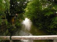 祇園の白川にかかっている新橋からの白川