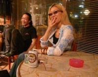 【PEACE BAR】の新しいテーブル(エーゲ海風)の前でvo藤村麻紀さんg村山義光氏