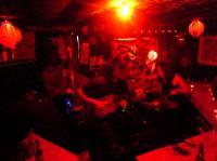 ミュージシャンは輪になって演奏。赤いライトで怪しさ満点!