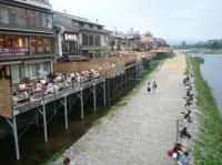 京都四条の鴨川の「床」とカップルの並び