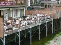 京都四条の鴨川の「床」