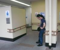西名阪高速道路「香芝サービスエリア」でトイレ休憩から出てきた村山義光氏