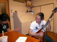 三木さん邸でギター談義中。三木さんと村山義光氏