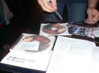DVDを買って頂いたスタッフのサッちゃんにサインをする