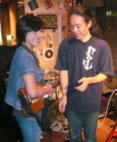 トラベルギターに興味をもって頂いたお客様と村山義光氏